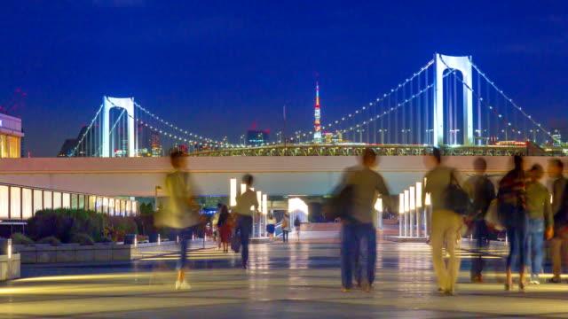 4k tidsfördröjning luta: rainbow bridge viewpoint med bilfria publiken at night - odaiba kaihin koen bildbanksvideor och videomaterial från bakom kulisserna