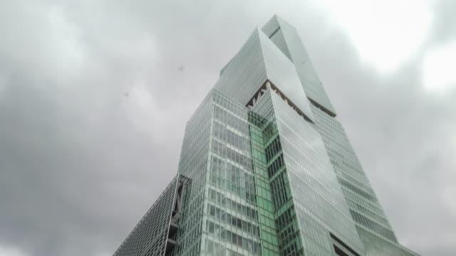 vidéos et rushes de 4k time lapse tilt up building and sky - inclinaison vers le haut