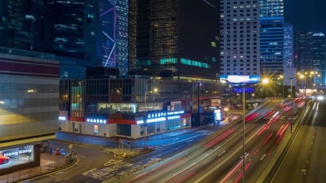 lapso de tiempo 4K: lapso de tiempo del tráfico de autopistas en el centro de Hong Kong por la noche. 4K Transportation. ciudades y arquitectura - vídeo