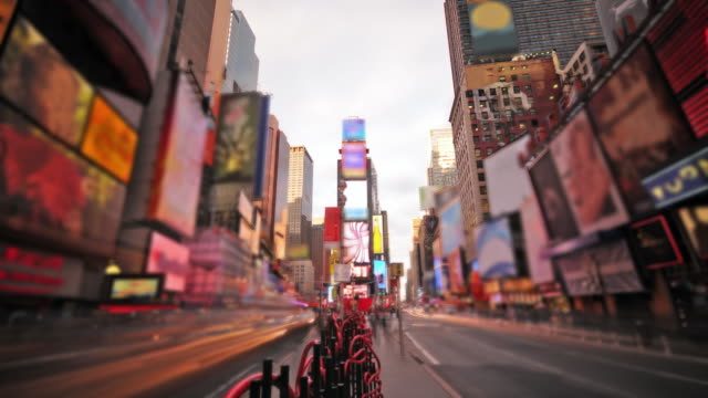 stockvideo's en b-roll-footage met time lapse times square nyc - day to night - commercieel bord