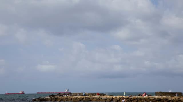 vídeos y material grabado en eventos de stock de lapso de tiempo para el mar 4k en civitavecchia con nubes. buques de carga anclados en alta mar. el cielo con nubes en el mar. - anclado