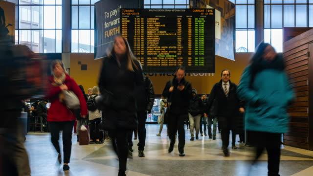 4k промежуток времени верхний вид неопределенный пассажир и турист пешком через пешеходный путь транспортного узла метро в час пик, мидтаун - табло вылетов и прилётов стоковые видео и кадры b-roll
