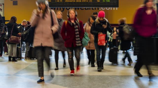 4k tidsfördröjning uppifrån av odefinierad passagerar-och turist promenad via promenadväg av tunnelbanan transportnavet i rush hour, midtown manhattan, new york city. usa, affärs-och transportkoncept - massachusetts bildbanksvideor och videomaterial från bakom kulisserna