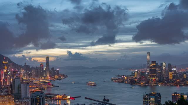 4k time lapse scena vista dall'alto del grattacielo del paesaggio urbano di hong kong di giorno o di notte - baia video stock e b–roll
