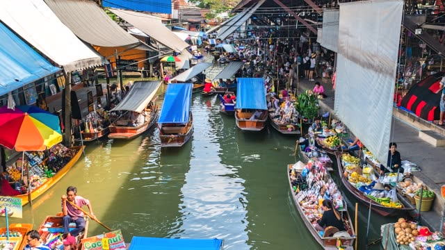 4k time lapse tourist at damnoen saduak floating market of thailand - tajlandia filmów i materiałów b-roll