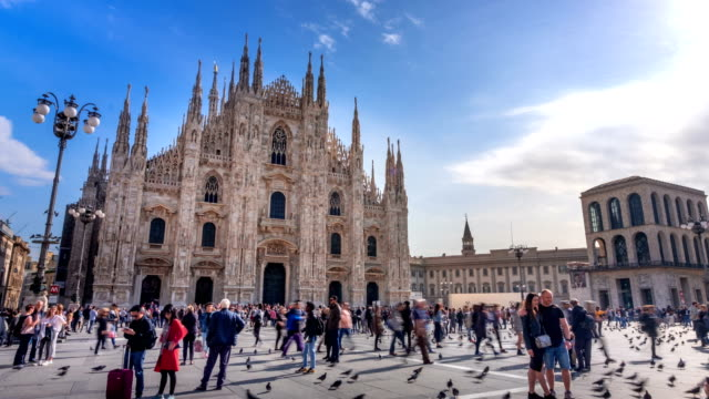 4k time lapse : tourist crowd traveling at milan piazza del duomo, italy - lombardia video stock e b–roll