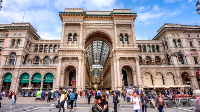 4k time lapse : tourist crowd traveling at milan shopping gallery vittorio emanuele facade front  , italy - lombardia video stock e b–roll