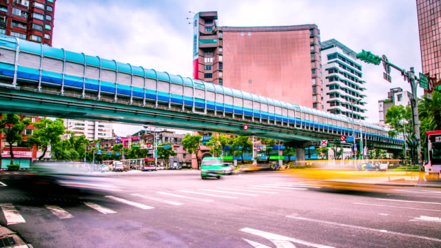 time lapse, traffico sulla strada all'incrocio di taipei, taiwan - subway video stock e b–roll