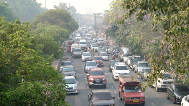 time lapse traffic city air pollution in chiang mai, thailand - anidride carbonica video stock e b–roll