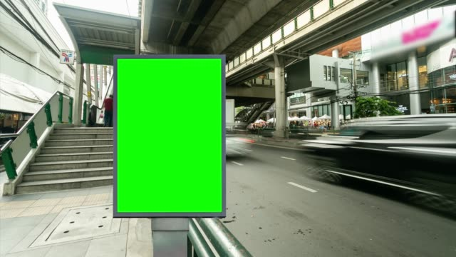 vídeos de stock, filmes e b-roll de lapso de tempo, traffic city street com outdoor green screen uso para publicidade. - poster