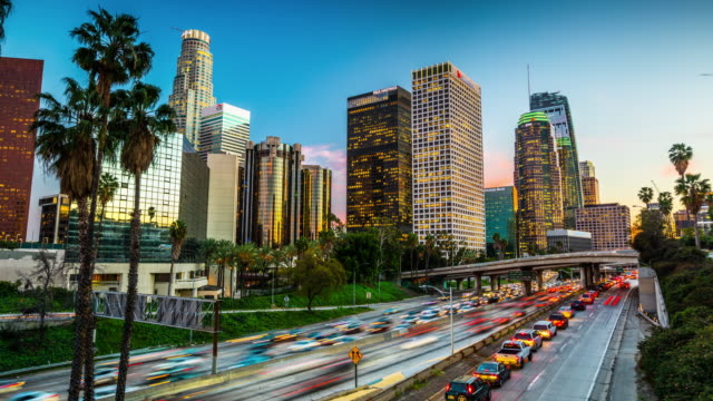 time lapse : traffic in downtown los angeles, california - деловой центр города стоковые видео и кадры b-roll