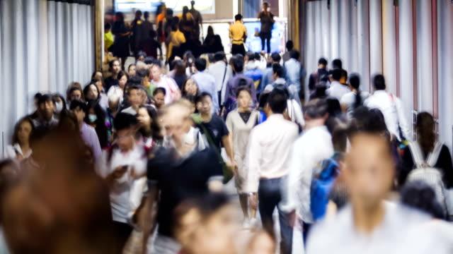 vídeos de stock, filmes e b-roll de lapso de tempo de 4k: transporte em hong kong.people andando na calçada - clipe