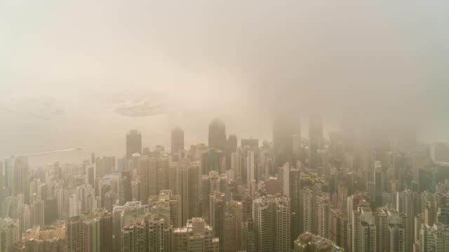 4k 延時: 維多利亞海灣景觀從維多利亞高峰的觀點與多雲的日出天空 - 煙霧 空氣污染 個影片檔及 b 捲影像