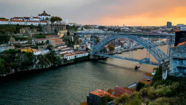 vídeos de stock, filmes e b-roll de lapso de tempo vídeo no dom luís eu ponte, porto, portugal - vinho do porto