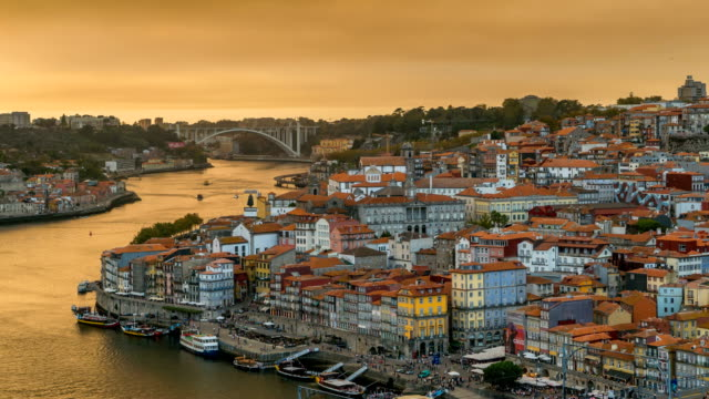 vídeos de stock e filmes b-roll de time lapse video at dom luís i bridge, porto, portugal - douro