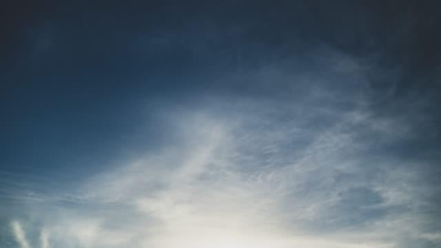 맑은 푸른 하늘에 극적인 흰색 바람 흐림 사용 시간 경과 및 하이퍼 경과 모션 배경의 시간 경과 비디오 영상 모션 - 분위기 스톡 비디오 및 b-롤 화면
