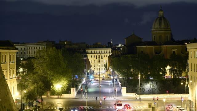 roma, i̇talya meşgul bir kesişme video lapse time. - pope francis stok videoları ve detay görüntü çekimi