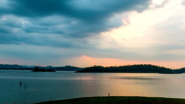아름 다운 호수와 산 일몰의 시간 경과 비디오 - 불길한 스톡 비디오 및 b-롤 화면