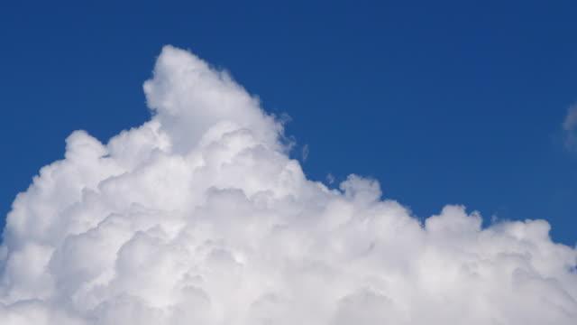 4 k で cloudscape の変更の時間経過ビデオ - 層積雲点の映像素材/bロール