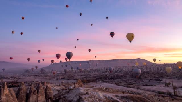 sıcak hava balon kırmızı gül vadi içerisinde göreme kapadokya türkiye'de uçan video lapse time - balon stok videoları ve detay görüntü çekimi