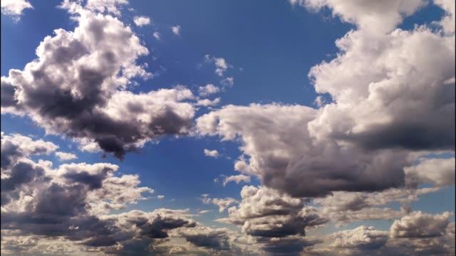 stockvideo's en b-roll-footage met timelapse-video van bewegende en wervelende wolken in de blauwe lucht - s