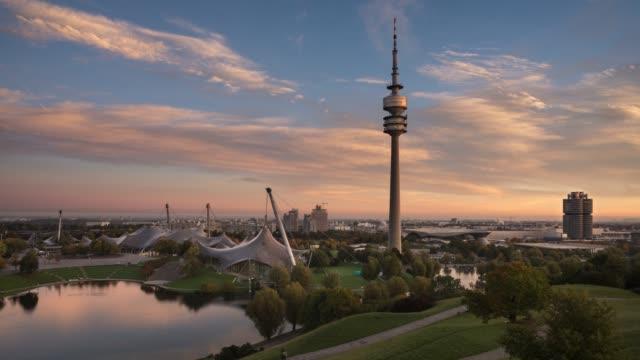 4 k zeitraffer-video der olympiapark und olympiaturm, münchen, bayern, deutschland - panorama stock-videos und b-roll-filmmaterial