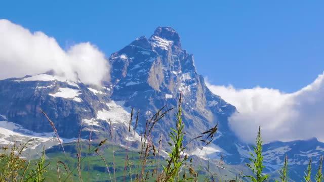 stockvideo's en b-roll-footage met time lapse view wolken materie materie matterhorn franse zwitserse alpen zermatt blue spring sky - zermatt