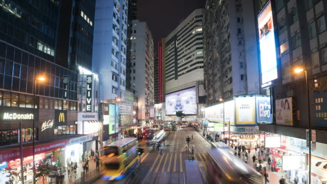 Time Lapse: View of a busy street in Causeway Bay, Hong Kong during night time - vídeo