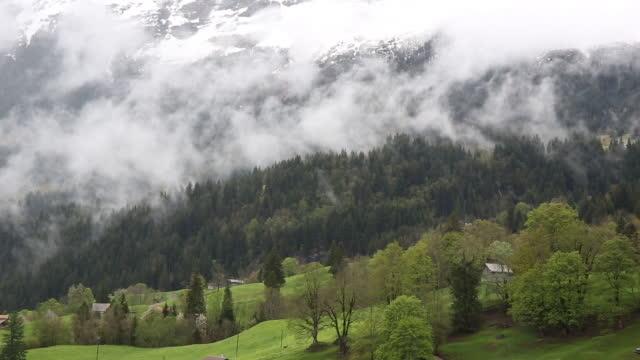 Time Lapse-Ansicht der Wolken über Schnee bedeckt die Berge – Video