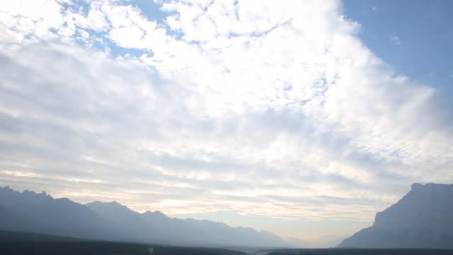 vidéos et rushes de vue de laps de temps de nuages passant au-dessus - évasion du réel