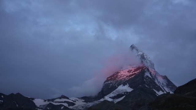 stockvideo's en b-roll-footage met time lapse uitzicht op de wolken wervelende rond de matterhorn - matterhorn