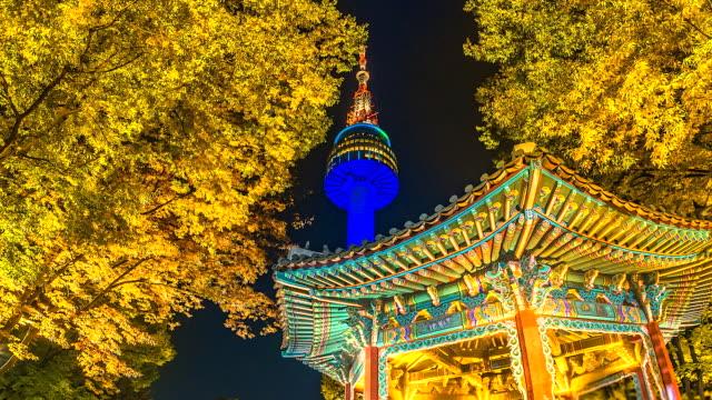 vídeos y material grabado en eventos de stock de 4k, vista de lapso de tiempo de torre de seúl en otoño en el landmark de la noche de la ciudad de seúl corea del sur - n seoul tower