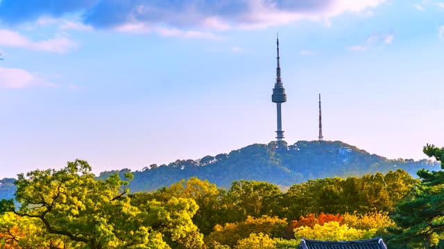 vídeos y material grabado en eventos de stock de vista en lapso tiempo de 4 k de la torre de seúl en otoño emblemático de la ciudad de seúl corea del sur - n seoul tower