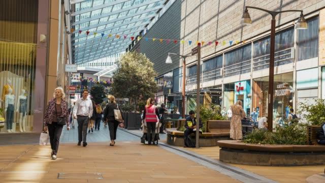 vidéos et rushes de vue de time lapse des acheteurs se dirigent vers le centre stratford - mode londres