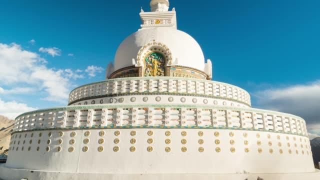 4k zaman atlamalı: görünüm shanti stupa hindistan 'ın norther bölümünde, dağlar kar doruklarına leh bölgesinde sezon kış, ladakh jammu ve kashmir - stupa stok videoları ve detay görüntü çekimi