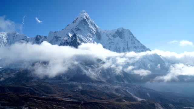 4k time lapse view to ama dablam 6814m peak near dingboche settlement in sagarmatha national park, nepal. everest base camp (ebc) trekking route. - quartiere generale video stock e b–roll