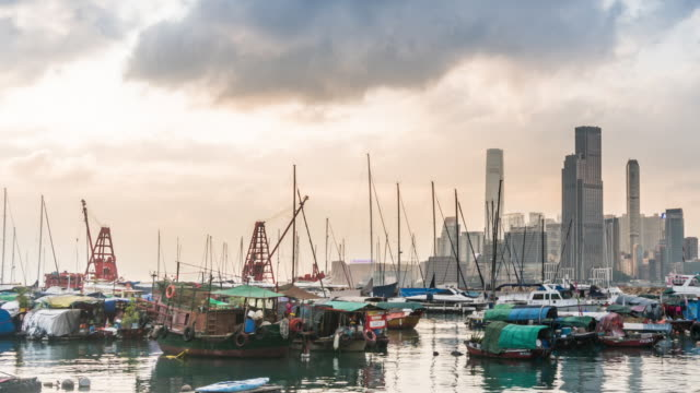 Time Lapse: Wanchai ferry pier during sunset in Hong Kong - vídeo