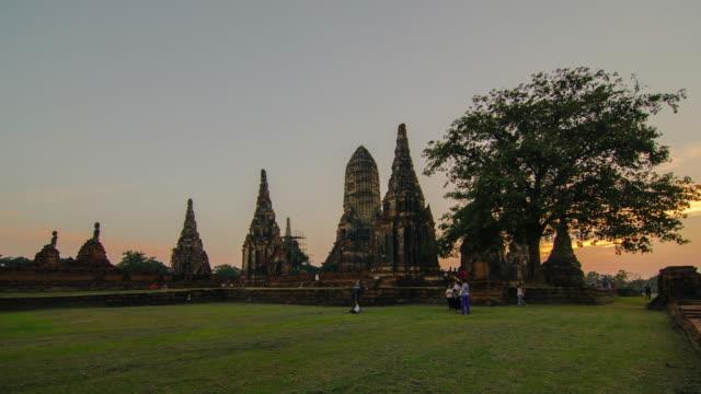 zaman atlamalı wat chaiwatanaram tayland günbatımı zaman birçok kişi ile. - stupa stok videoları ve detay görüntü çekimi
