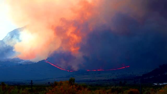 stockvideo's en b-roll-footage met time-lapse - wildvuur branden in de bossen en de bergen - bosbrand