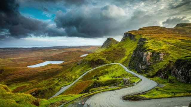 time lapse : winding road at high cliffs and plateaus of the quiraing in scotland - highlands scozzesi video stock e b–roll