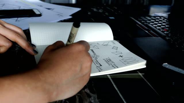 mão do freelancer do tempo lapso mulher é esboçar e brainstorming ideia para seu trabalho de design para casa processo-trabalhar em casa - vídeo