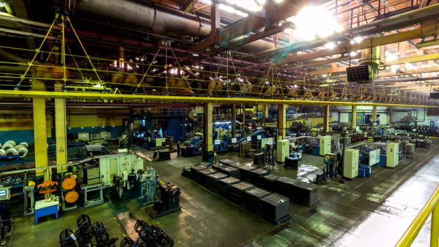 vídeos y material grabado en eventos de stock de los trabajadores de lapso de tiempo realizan el proceso de producción de neumáticos en la planta - pesado