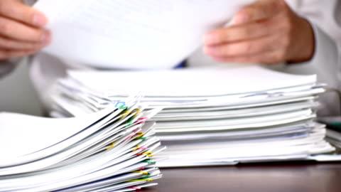 vídeos y material grabado en eventos de stock de lapso de tiempo. trabajar con documentos. concepto de negocio. - papel