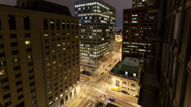 замедленная съемка трафика в перекрестке увеличить вид ночью - missouri стоковые видео и кадры b-roll