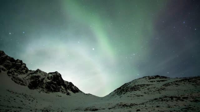 vídeos y material grabado en eventos de stock de tiempo lapso zoom de bella aurora boreal bailando con estrellas y nubes en colina en antes del amanecer - estrella del norte