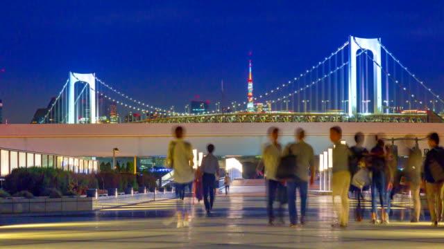 4k tidsfördröjning zooma in: rainbow bridge viewpoint med bilfria publiken at night - odaiba kaihin koen bildbanksvideor och videomaterial från bakom kulisserna
