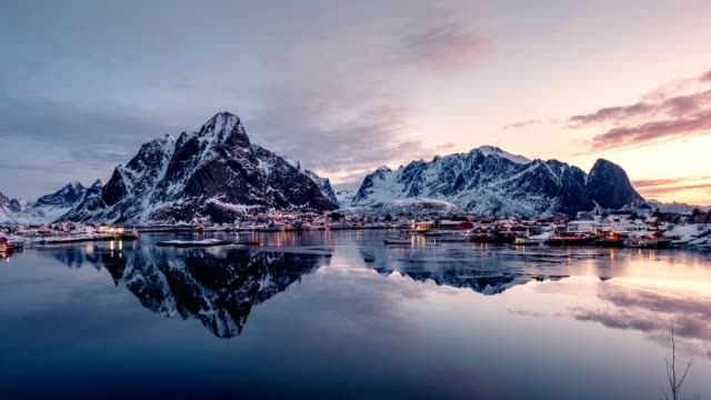 vídeos de stock e filmes b-roll de time lapse zoom of norwegian fishing village surrounded with mountains in morning - fiorde