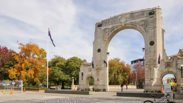 4k time lapse zoom out : bridge of remembrance in christchurch city, new zealand. - christchurch nuova zelanda video stock e b–roll
