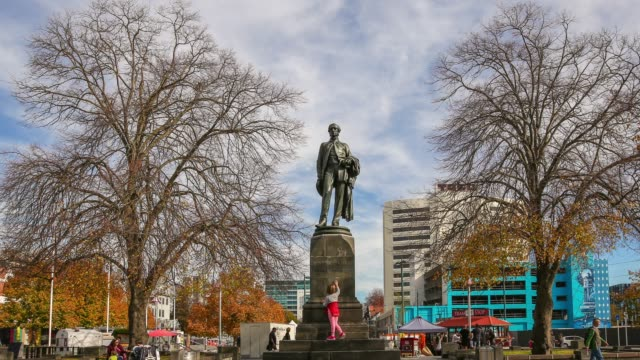 4k time lapse zoom out : john robert codley monument at city centre in christchurch city , new zealand. - christchurch nuova zelanda video stock e b–roll