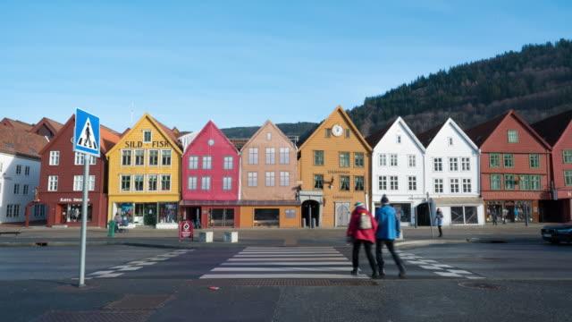 vídeos de stock e filmes b-roll de time lapsed of bryggen hanseatic wharf - noruega
